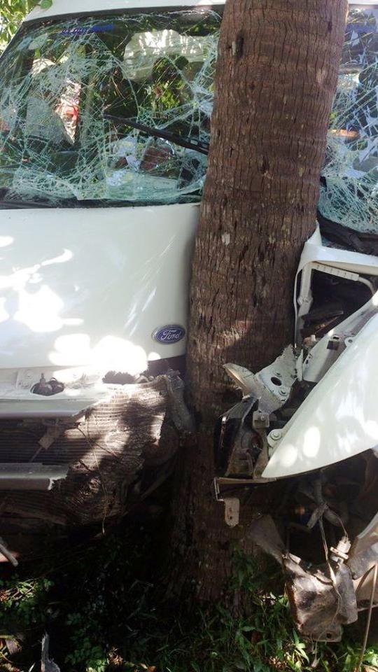 Đầu xe khách nát bét, tài xế nằm bất động trên vô-lăng