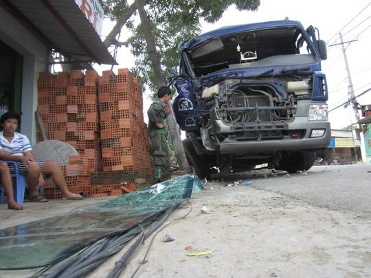 Tông gãy trụ điện, chiếc xe bị nát phần đầu