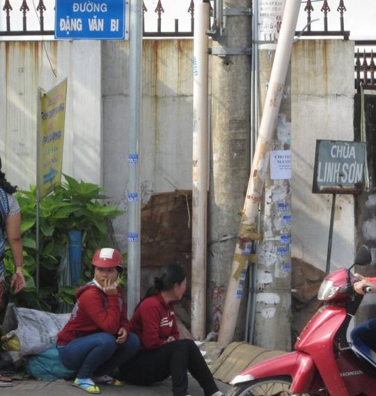 Đi làm về, nữ công nhân bị container tông nguy kịch