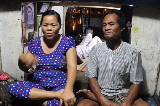 Vợ chồng ông Ba Chúc đang kể lại sự việc.