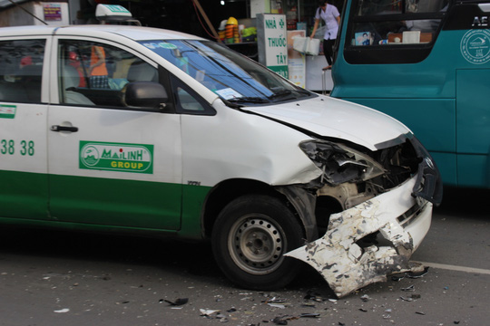 và taxi đều bị hư hỏng nặng