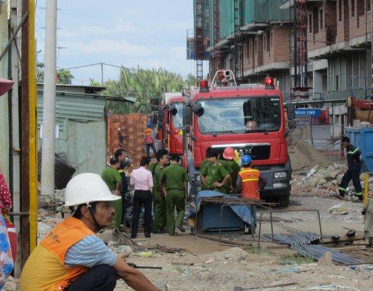 Nam công nhân kêu cứu trong đám cháy trên nóc chung cư