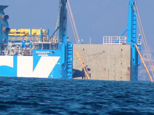 Chuyên gia đang kiểm tra kỹ thuật hạ phần đuôi tàu xuống nước