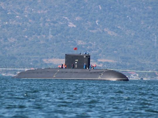 Tàu ngầm di chuyển trên biển