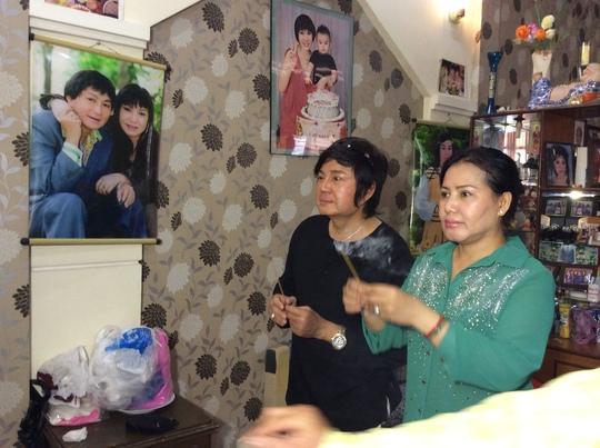 Vợ chồng Châu Thanh thắp hương trong ngày giỗ thứ 6 của NSƯT MInh Phụng