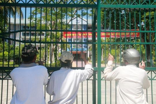 Phụ huynh ôm cổng ngắm con tại ĐH Quảng Nam. Tr. Thường