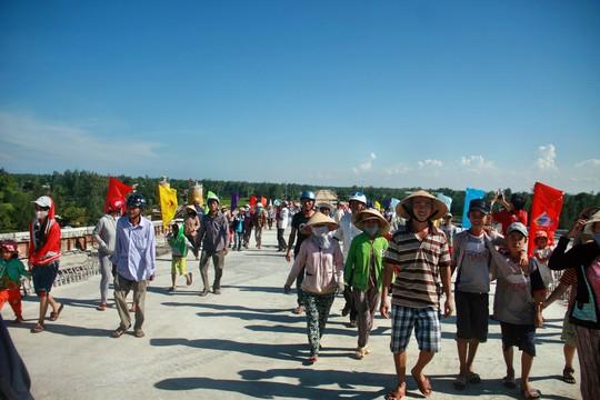 Hàng trăm người dân háo hức đi qua cầu sau khi cầu hợp long