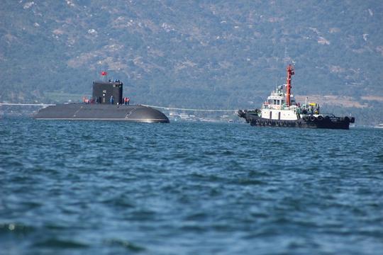 Lai dắt đưa tàu ngầm vào quân cảng