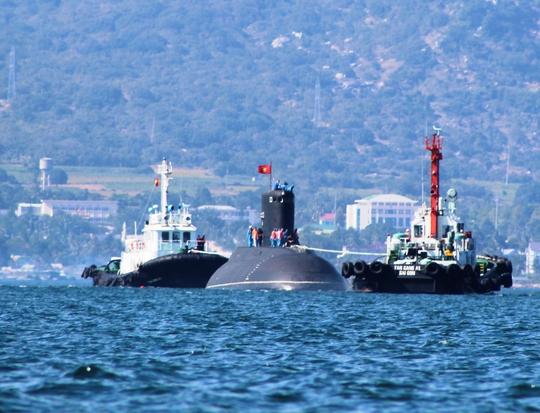 Tàu ngầm đi vào quân cảng