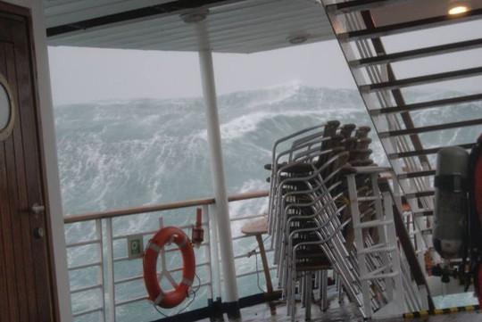 Khoảng khắc con sóng khổng lồ đe dọa thuyền được du khách chụp lại. Ảnh: Daily Mail