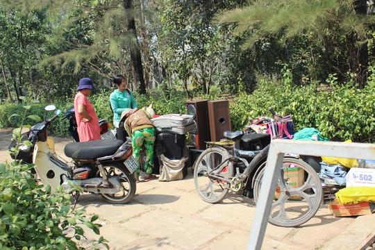 Nhiều gia đình phải mang đồ đạc ra ngoài vì sợ lửa cháy lan.