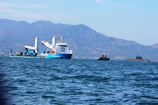 Toàn cảnh tàu ngầm rời khỏi tàu Rolldock