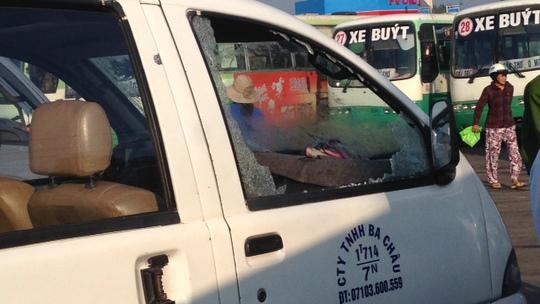 Kẻ xả súng bắn về hướng bến xe làm xe khách Ba Châu bị bể kính, xe trung chuyển bị đạn dội ngược làm thủng kính