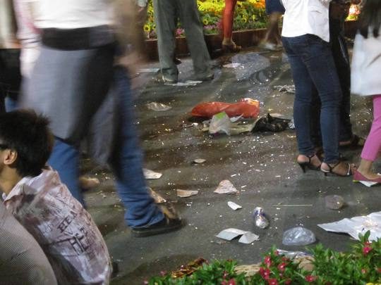 Các tuyến đường thu hút rất đông người tham quan như Tôn Đức Thắng, Lê Lợi, Nguyễn Huệ, Đồng Khởi, Lê Duẩn...ở trung tâm thành phố tràn ngập các loại bao nilon, hộp xốp, thức ăn thừa.