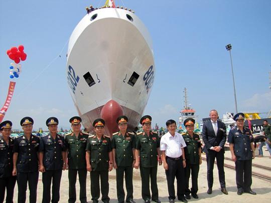 Bộ tư lệnh cảnh sát biển Việt Nam chụp ảnh trước tàu cảnh sát biển 8002