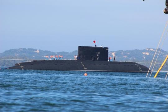 Phía phải tàu ngầm Hà Nội