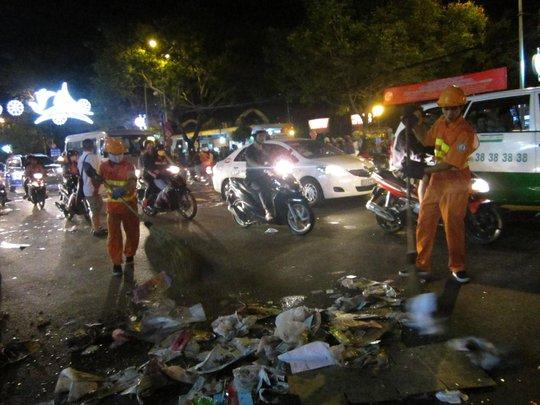 Công nhân vệ sinh phải thức trắng đêm để quét dọn rác