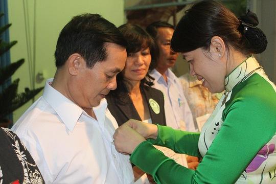 Bà Nguyễn Trần Phượng Trân, Phó Chủ tịch LĐLĐ TP HCM, trao kỷ niệm chương Vì sự nghiệp xây dựng tổ chức Công đoàn cho các cá nhân của quận 9, TP HCM
