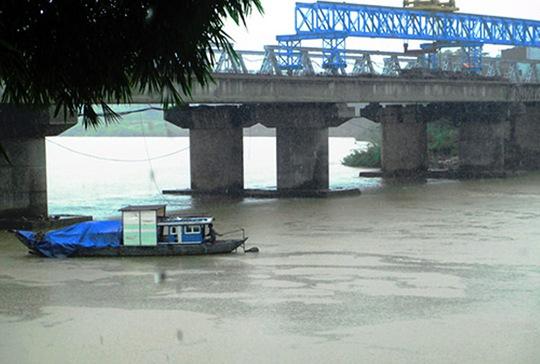 Bất cẩn trong lúc tháo dỡ cầu cũ, anh Dũng đã bị rơi xuống sông Ái Nghĩa tử vong. Ảnh: Báo Quảng Nam