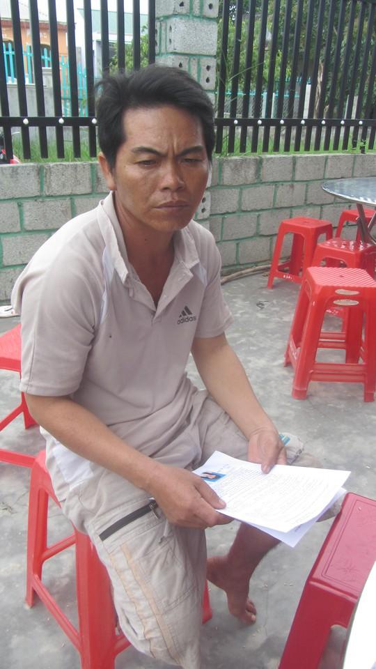 Anh Đặng Văn Trung ngồi thẫn thờ trước tai nạn đau lòng của vợ và con