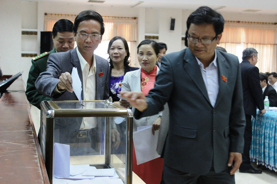 Các đại biểu HĐND tỉnh Quảng Nam đang bỏ phiếu tín nhiệm. Ảnh Quang Vinh