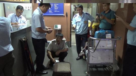 Tám kiện hàng thất lạc, vô chủ bị kiểm tra an nnh tại sân bay quốc tế Nội Bài ngày 29-5