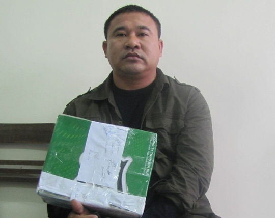 Đối tượng Bùi Văn Hòa cùng số lượng ma túy đá bị công an thu gữ. Ảnh: Dụng Nguyên.