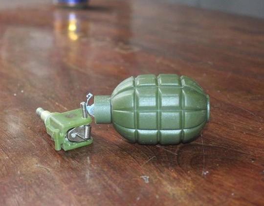 Quả lưu đạn bằng nhựa phát nổ khiến em T. và L. bị thương. Ảnh Nghĩa Đàn.