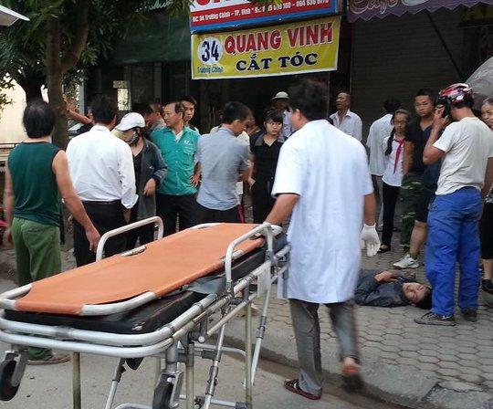 Nhân viên cấp cứu có mặt tại hiện trường đưa các nạn nhân đi bệnh viện.
