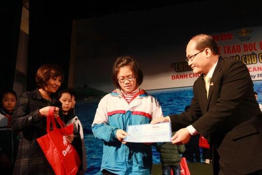 Đại diện Công ty CP Đồng Tâm trao học bổng cho con em cán bộ, chiến sĩ hải quân ngày 28-12