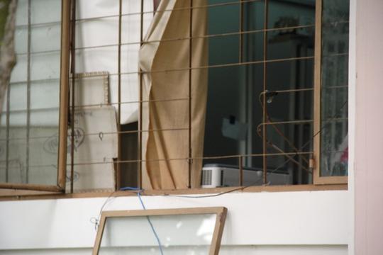 Kẻ trộm đã bẻ song cửa lẻn vào 15 phòng, trộm hơn 22,5 triệu đồng tiền mặt và 2 máy ảnh mini