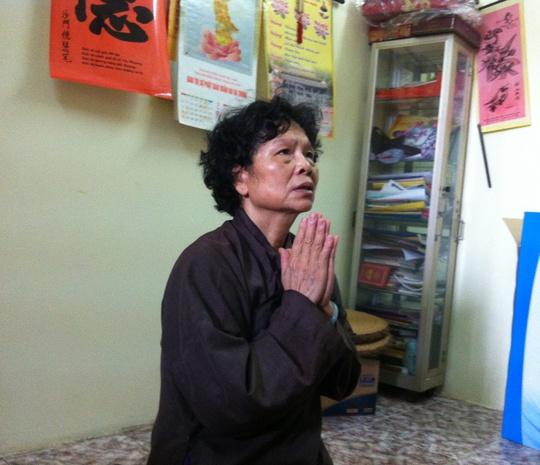 Bà Nguyễn Thị Hiền, mẹ đẻ của chị Huyền, liên tục thắp hương cầu nguyện