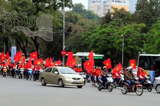 Cổ động viên Việt Nam diễu hành trên đường phố Hà Nội chiều 11-12