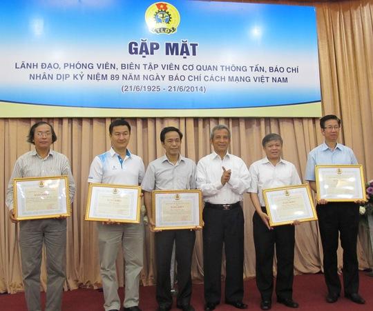 Chủ tịch Tổng LĐLĐ Việt Nam Đặng Ngọc Tùng (thứ 3 từ phải qua) tặng bằng khen cho các cơ quan báo chí nhân ngày 21-6. Ảnh: Văn Duẩn