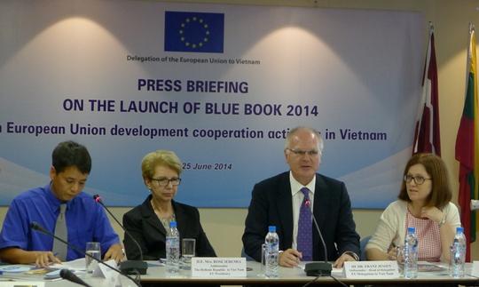 Tiến sĩ Franz Jessen, Đại sứ, Trưởng phái đoàn EU tại Việt Nam(thứ 2 từ phải qua), khẳng định căng thẳng ở Biển Đông không ảnh hưởng ODA của EU cho Việt Nam