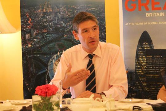 Đại sứ Anh Giles Lever trao đổi với báo chí. Ảnh: Dương Ngọc