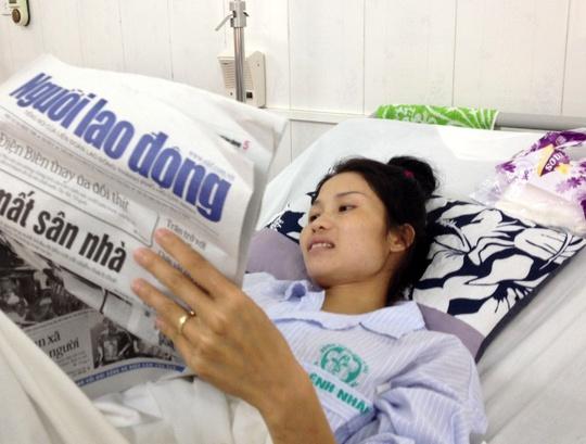 Cô dâu được tổ chức đám cưới trong bệnh viện Hà Thị Hom đọc bài báo viết về mình đăng trên Báo Người Lao Động