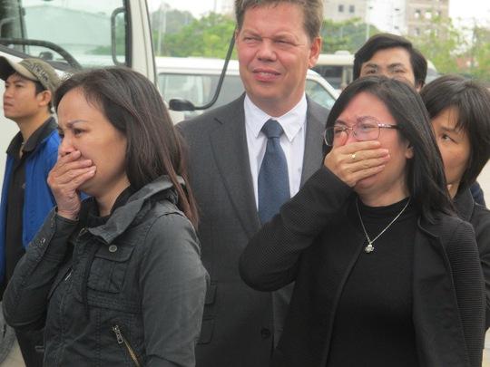 Đại diện Bộ Ngoại giao, Đại sứ quán Hà Lan cũng có mặt để giúp đỡ gia đình trong việc làm các thủ tục cần thiết để nhận di hài