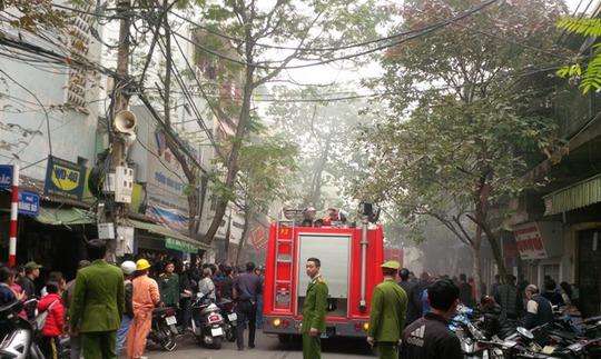 Đám cháy bùng phát giữa lòng phố cổ Hà Nội