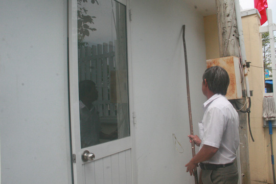 Bệnh viện Đa khoa Quảng Nam cho biết bà Tính dùng thanh sắt để đập cửa kính