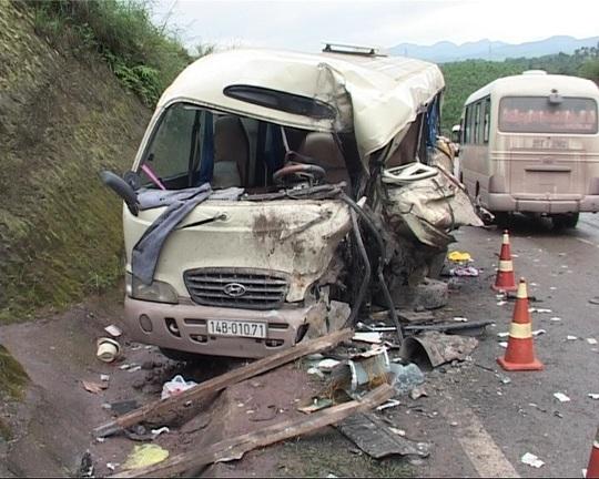 Chiếc xe khách biến dạng sau vụ tai nạn
