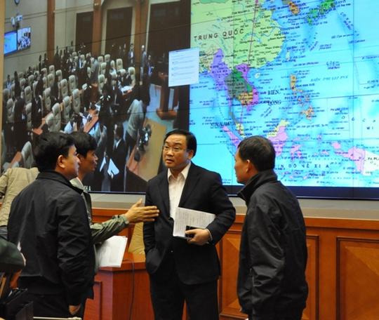 Phó Thủ tướng Hoàng Trung Hải trao đổi với các đại biểu