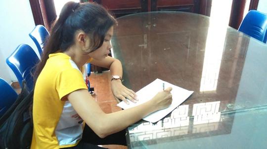 Thí sinh Đỗ Thị Thanh Huyền làm đơn xin cấp lại giấy báo dự thi