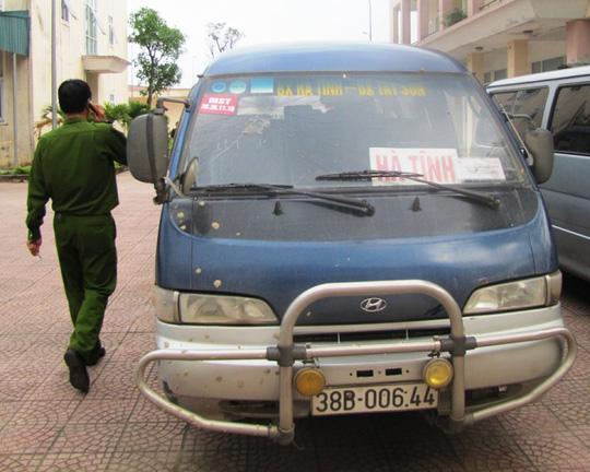 """Xe ô tô khách 16 chỗ 38B-00644 cũng trở thành nạn nhân của cuộc """"dằn mặt"""""""