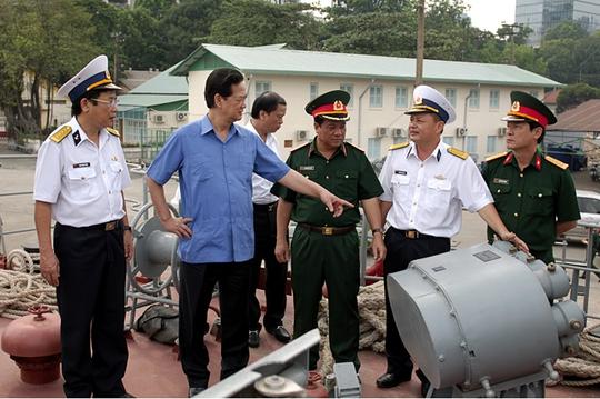 Lãnh đạo nhà máy giới thiệu với Thủ tướng về vũ khí, khí tài trên tàu