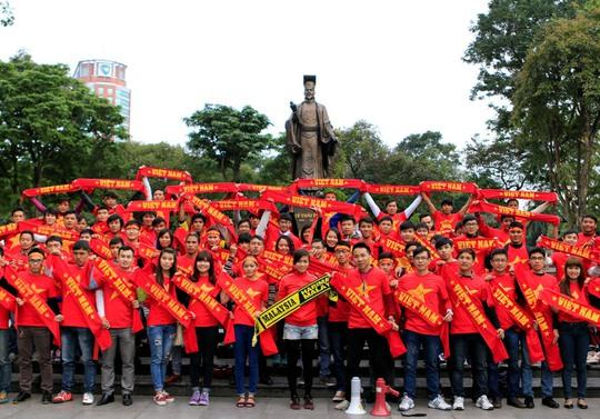 """Chóng mặt với giá vé """"chợ đen"""" trước trận Việt Nam-Malaysia"""