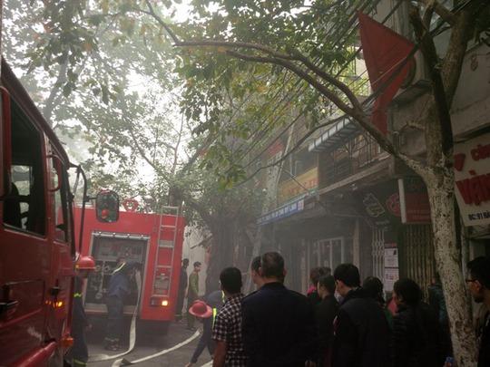 Hàng chục xe PCCC đã được triển khai đến hiện trường vụ cháy lớn trong phố cổ Hà Nội