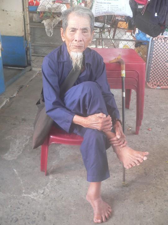 Lão Hai Thành rất muốn được đi dép nhưng rất khó có nơi nào sản xuất ra đôi dép phù hợp với đôi bàn chân quá to của lão