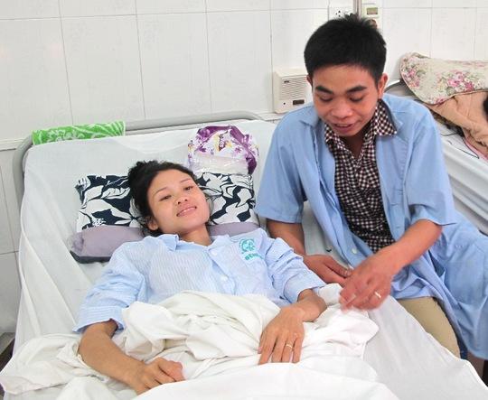 Niềm vui của bệnh nhân Hà Thị Hom và chồng là Hà Văn Thơm khi được xuất viện