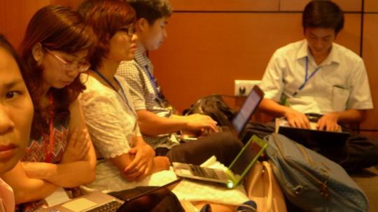 Hàng chục phóng viên ngồi sắp hàng ở dưới đất tại tổ đại biểu TP HCM